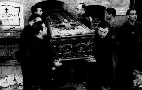 salida del féretro del cementerio de Alicante (jose antonio).jpg